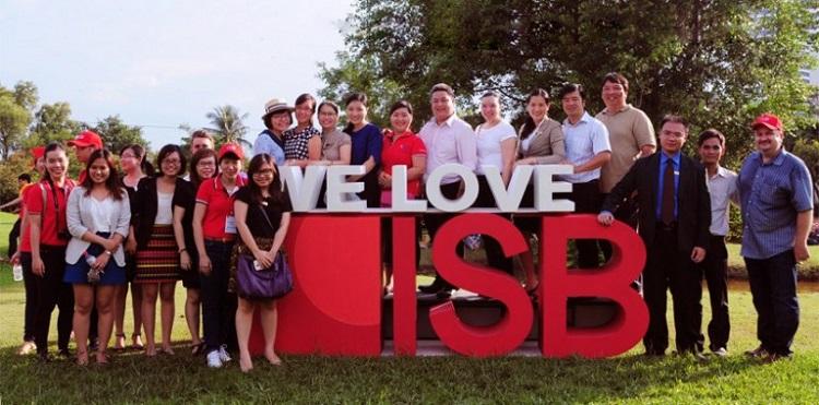 Đội ngũ tư vấn cho sinh viên của Viện ISB, đứng ở rìa bên phải ngoài cùng là giám đốc điều hành kiêm hiệu trưởng của viện - Mr. Douglas (Nguồn: Isb.edu.vn)