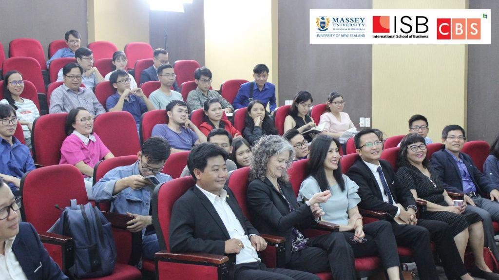Các khách mời và thành viên ban tổ chức