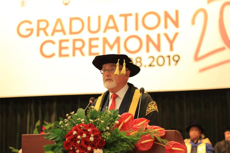 Giáo sư Peter Shergold AC phát biểu trong lễ tốt nghiệp của hơn 300 cử nhân, thạc sĩ tiếng Anh