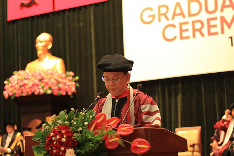 Giáo sư - tiến sĩ Nguyễn Đông Phong phát biểu trong lễ tốt nghiệp của hơn 300 cử nhân, thạc sĩ tiếng Anh