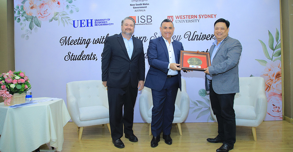 Viện ISB_Viện trưởng Viện ISB - trao quà lưu niệm cho đại diện bang.