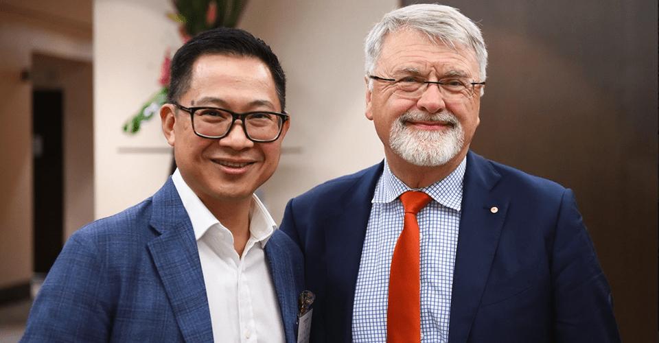 TS. Lý Quí Trung (bên trái) cùng GS. Peter Shergold AC, Hiệu trưởng trường Đại học Western Sydney - Ảnh do nhân vật cung cấp