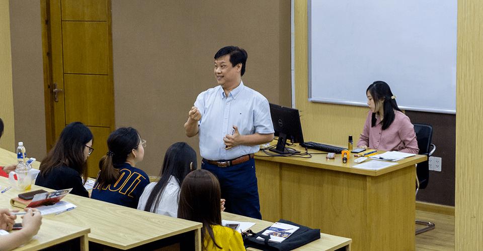 Thầy Quân trong buổi Lễ khai giảng Thạc sĩ Quản trị Kinh doanh ISB MBA